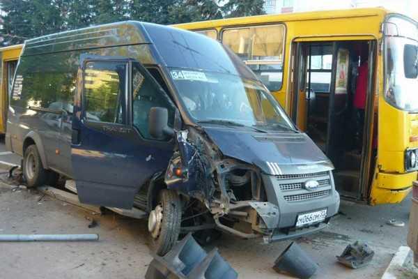 В Брянске на площади Партизан столкнулись автобус и маршрутка. ВИДЕО