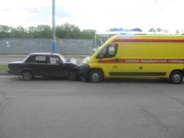 В Брянске   машина «скорой помощи» врезалась в легковушку