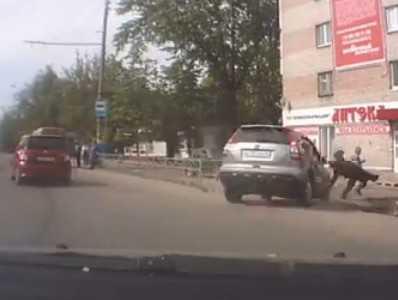 В Брянске водитель «Хонды» выскочил на тротуар, сбив пенсионера. ВИДЕО