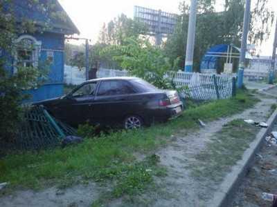 В Брянске водитель-юнец врезался в забор и сломал нос подруге
