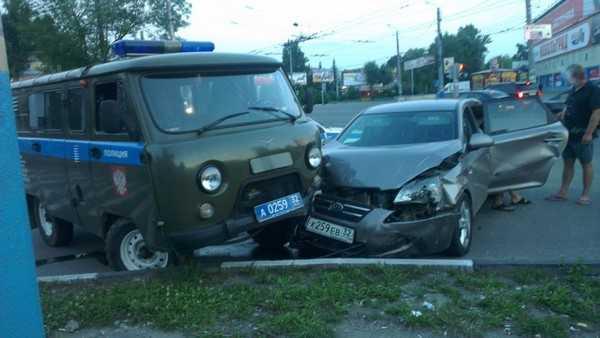 В Брянске протаранили УАЗ полицейских