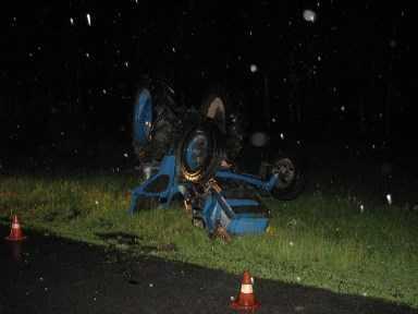 На брянской трассе перевернулся трактор – водитель погиб