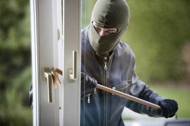 Брянский «домушник» украл из квартиры 120 тысяч и 30 золотых украшений