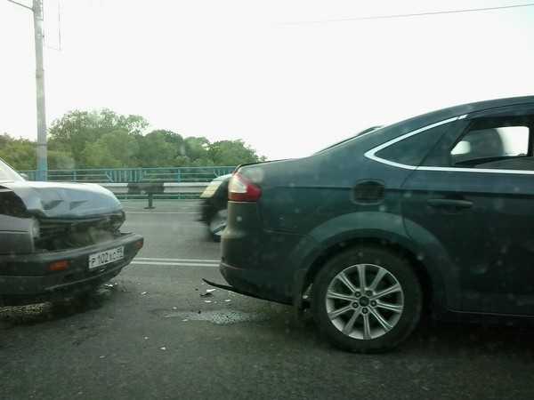 В Брянске на Октябрьском мосту столкнулись 4 автомобиля