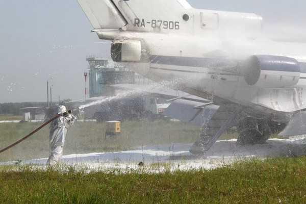 Сотрудники МЧС показали тушение пожара на самолете