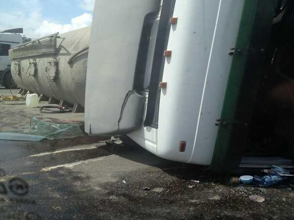 В Брянске перевернулся цементовоз