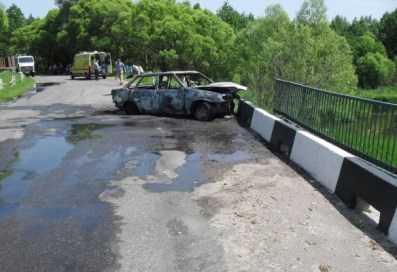 На брянской трассе «ВАЗ»  врезался в мост и сгорел