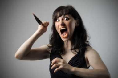Брянская дебоширка резала мужа ножом и била лопатой