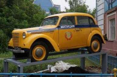 В Брянске сотрудники ГИБДД установили памятник патрульному «Москвичу»