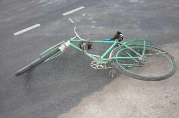 В Клинцах школьник-велосипедист врезался в две машины — он в реанимации