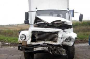 На брянской трассе «ВАЗ» врезался в фургон – один человек погиб, 4 пострадали