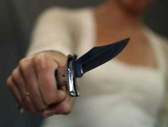 Житель Брянска на ночной улице  ударил ножом бомжа