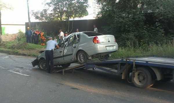 В Брянске чернокожий водитель врезался в столб