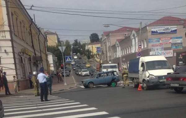 В центре Брянска грузовик протаранил два автомобиля