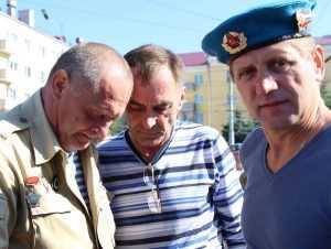 На день ВДВ в Брянске встретились не видевшиеся 32 года десантники