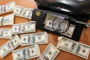 Украинец вёз в поезде через Брянск около 150 тысяч контрабандных долларов