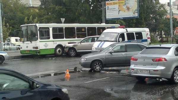 В районе Кургана в Брянске столкнулись две легковушки и автобус