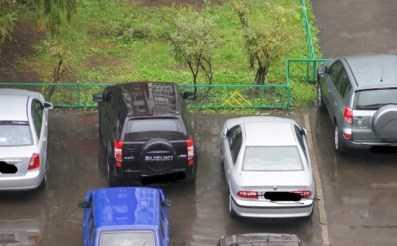 В Брянске «Лада» едва не задавила водителя припаркованного авто