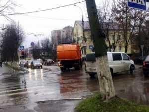 В Брянске автомобиль на перекрёстке сбил школьницу и скрылся