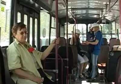 Брянская бабушка сломала три ребра, упав в троллейбусе