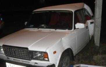 В Брянске легковушка врезалась в столб – пострадали два человека