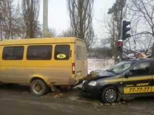 В Брянске таксистка на иномарке врезалась в маршрутку