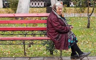 Пьяный брянский водитель на «Волге» снёс скамейку с бабушкой