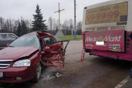 На выезде из Брянска иномарка протаранила припаркованный автобус