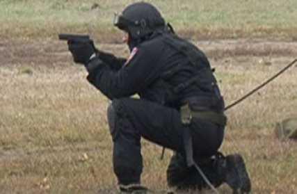 Брянца, порезавшего отца с сыном, задержал полицейский спецназ