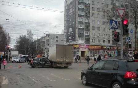 В Брянске таксист врезался в фургон