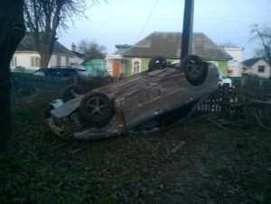 В брянском посёлке  «Форд Фокус» врезался в забор и перевернулся