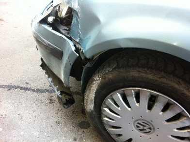 Водитель «Фольквагена» сломал нос, врезавшись в «Рено»