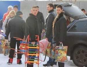 Брянские автомобилисты примерили роль Деда Мороза в Чемерне