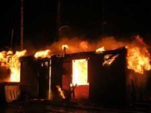 В навлинском селе мужчина сгорел вместе с деревянным вагончиком