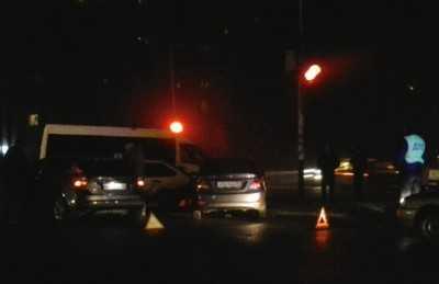 В Брянске около памятника Летчикам столкнулись четыре автомобиля