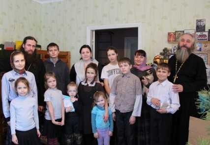 Женсовет Брянской епархии навестил многодетную семью священника