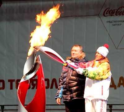 Брянск зажег чашу Олимпийского огня и отправил его в Курск