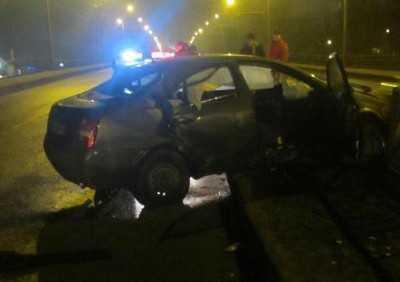 В Брянске водитель врезался в ограждение и покалечил пассажира