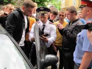 Брянского водителя посадили в камеру за отказ снять тонировку