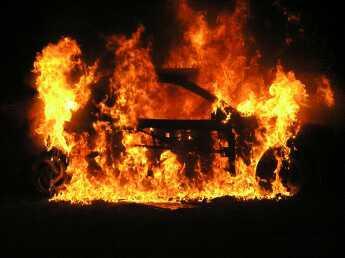 В автомобиле сгорели два человека