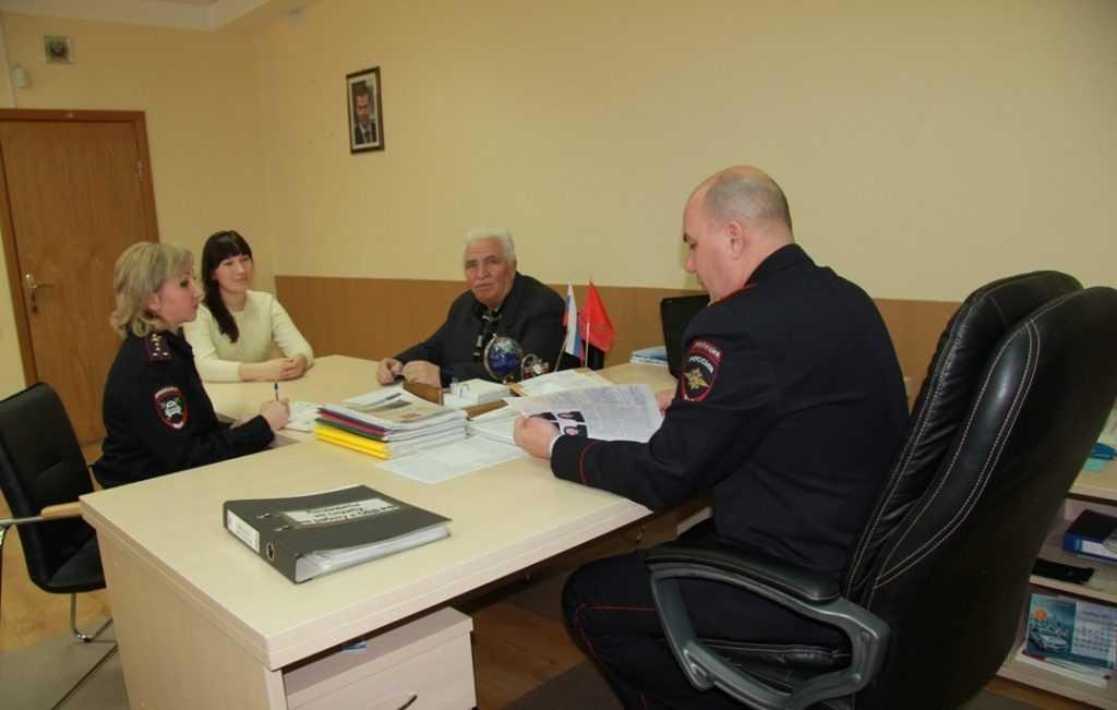 Начальник Брянского УГИБДД провел прием  вместе с предшественником