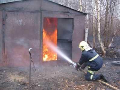 Пожар в брянском гараже уничтожил автомобиль