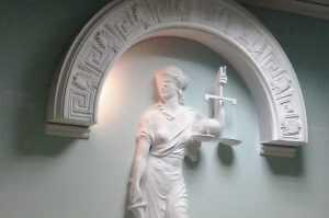 Брянские депутаты вломились в открытую судейскую дверь