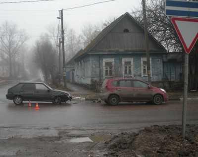 В центре Брянска столкнулись легковушки – пострадал водитель