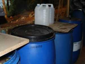 Брянская полиция лишила самогонщика 120 литров браги