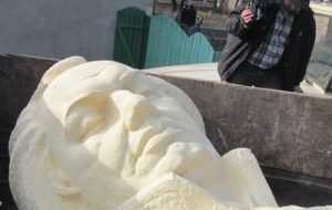 Львовские бандеровцы снесли памятник «тоталитарному» Кутузову