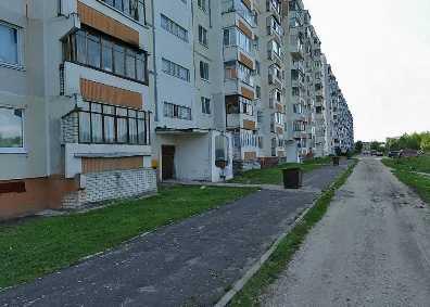 Во дворе брянской многоэтажки иномарка сбила студентку