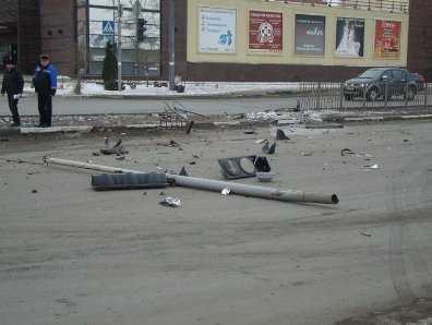 Возле бежицкой «Линии» в Брянске иномарка снесла светофор (видео)