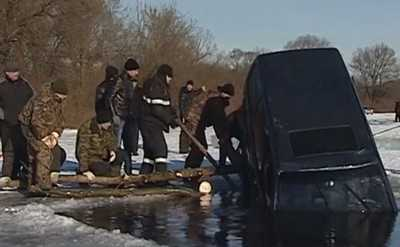 Из Десны вытащили автомобиль, в котором погиб человек