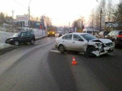 В Брянске лихач на иномарке устроил ДТП с участием трёх машин